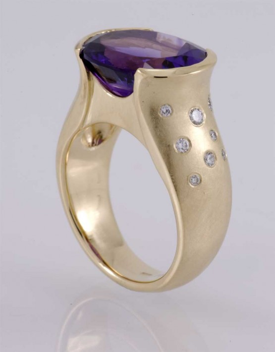 Dress ring in !8ct gold with amethyst & diamonds